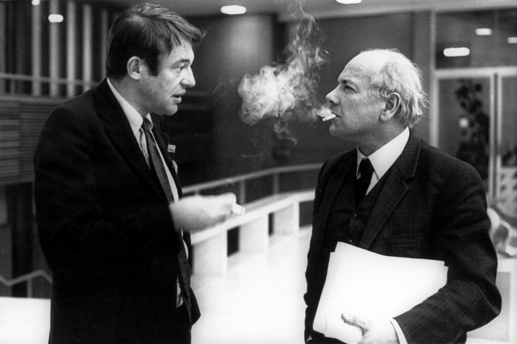 01 Hans van Mierlo spreekt Joop Den Uyl  bij D'66 congres 14-12-1969
